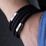 Detailansicht Armband Leder schwarz geflochten und Segeltau schwarz Kombination an Handgelenk, Garnele von Fischers Fritz