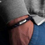 Maritimes Fischers Fritze Armband aus Segeltau, Makrele marineblau gedreht, Angelhaken Gravur auf Verschluss am Handgelenk