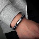 Handgelenk mit angelegtem Armband marineblau silbergrau von Fischers Fritze, aus Segeltau