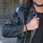 Mann mit schwarzem Armband Leder geflochten, schwarzer Magnetverschluss und Gravur von Fischers Fritze