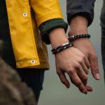 Frau und Mann wandern Hand in Hand und tragen maritimes Segeltau-Armband von Fischers Fritze als Armschmuck