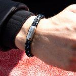 Fischers Fritze-Armband aus Segeltau, Makrele marineblau stahlblau silbergrau am Handgelenk eines Wellensurfer